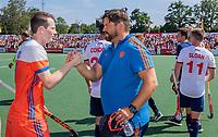 AMSTELVEEN - bondscoach Max Caldas (Ned) met Seve Ass (Ned)  na  de wedstrijd om de 3e plaats ,   Nederland-Groot Brittannie (5-3),  bij  de Pro League Grand Final hockeywedstrijd heren... COPYRIGHT KOEN SUYK