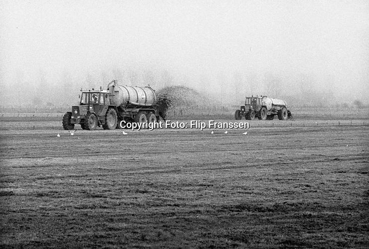 Nederland, Persingen, 15-10-1985Een boer rijdt vloeibare mest uit over het land . Vanuit de tank wordt de mest op het land gespoten met een grote waaier.Foto: Flip Franssen