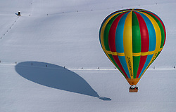 05.02.2018, Zell am See - Kaprun, AUT, BalloonAlps, im Bild ein Heissluftballon bei der Landung // a hot air balloon on landing during the International Balloonalps Week, Zell am See Kaprun, Austria on 2018/02/05. EXPA Pictures © 2018, PhotoCredit: EXPA/ JFK