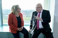 04 MAR 2020, BERLIN/GERMANY:<br /> Svenja Schulze (L), SPD, Bundesumweltministerin, und Peter Altmeier (R), CDU, Bundeswirtschaftsminister, im Gespraech, vor Beginn der Kabinettsitzung, Bundeskanzleramt<br /> IMAGE: 20200304-01-021<br /> KEYWORDS: Kabinett, Sitzung, Gespräch