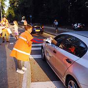 NLD/Huizen/20060921 - Scholieren delen snoep uit aan automobilisten ivm verkeersveiligheid schoolkinderen Flevoschool Huizen