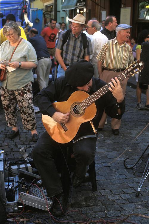 Argentina. Buenos Aires..Un guitarrista de tango en el mercadillo de San Telmo..------------------------------------------------------------------.A tango guitar music player at San Telmo street market...© JOAN COSTA