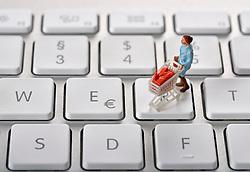 SYMBOLBILD - Online-Shopping, Miniaturmodell einer Frauen mit Einkaufswagen auf Tastatur, Tastatur mit EURO-Symbol // Online shopping, Miniature model of a women with shopping carts on keyboard, keyboard with EURO symbol. EXPA Pictures © 2015, PhotoCredit: EXPA/ Eibner-Pressefoto/ Weber<br /> <br /> *****ATTENTION - OUT of GER*****