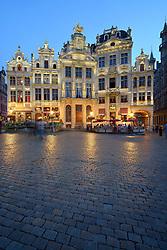 THEMENBILD - Brüssel ist die Haupt- und Residenzstadt des Königreichs Belgien, Sitz der Institutionen der Flämischen und Französischen Gemeinschaft Belgiens sowie von Flandern und Hauptort der Region Brüssel-Hauptstadt. Zudem stellt die Stadt den Hauptsitz der Europäischen Union sowie den Sitz der NATO, ferner den des ständigen Sekretariats der Benelux-Länder, der Westeuropäischen Union und der EUROCONTROL, hier im Bild Abendstimmung, Dämmerung, Maison des Brasseurs, Zunfthäuser, Gildehäuser, Grote Markt, Grand Place, UNESCO Weltkulturerbe aufgenommen am 28. Juli 2013 // THEMES PICTURE - Brussels is the capital and residence city of the Kingdom of Belgium, the seat of the institutions of the Flemish and French Community of Belgium and the capital of Flanders and Brussels-Capital Region. In addition, the city is the headquarters of the European Union, and the headquarters of NATO, also the Permanent Secretariat of the Benelux countries, the Western European Union and EUROCONTROL pictured on 28th of July 2013. EXPA Pictures © 2013, PhotoCredit: EXPA/ Eibner/ Michael Weber<br /> <br /> ***** ATTENTION - OUT OF GER *****