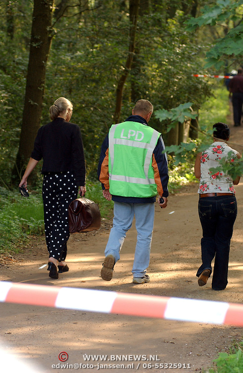 NLD/Huizen/20050906 - Verbrand lijk gevonden langs bospad Bussummerweg Huizen, lpd, lijkschouwer