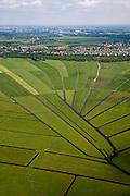 Nederland, Noord-Holland, Gemeente Ouder-Amstel, 25-05-2010. Amstelland, Polder de Rondehoep (ook Polder de Ronde Hoep), een van de grootste onbebouwde weidegebieden van de Randstad met karakteristiek stervormig kavelpatroon. Dit slotenpatroon van gerende verkaveling is ontstaan ten tijde van de ontginning in de middeleeuwen. Aan de horizon Ouderkerk en Amsterdam Zuid-as..The Polder Rondehoep (or Polder Round Hoep), one of the largest undeveloped pasture area's in the Randstad with characteristic star-shaped pattern. This pattern is the result of the extraction during the Middle Ages..luchtfoto (toeslag), aerial photo (additional fee required).foto/photo Siebe Swart