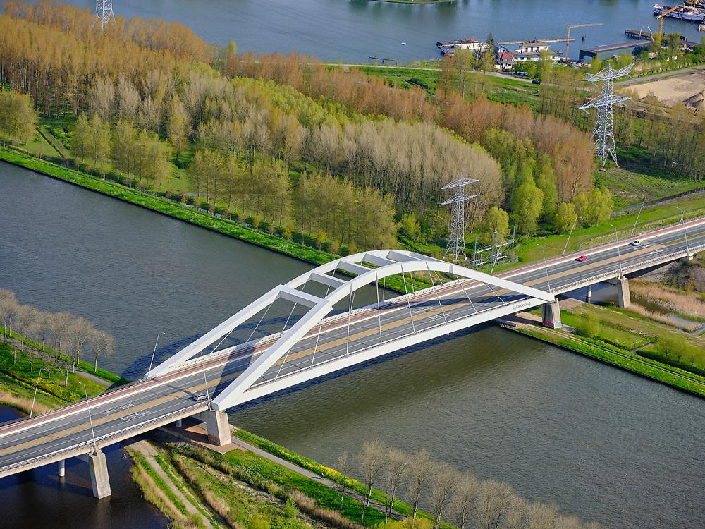Nederland, Noord-Holland, Muiden, 07-05-2021; Amsterdam-Rijnkanaal met de Uyllanderbrug naar IJburg.<br /> Amsterdam-Rhine Canal with  the Uyllanderbrug to IJburg.<br /> luchtfoto (toeslag op standaard tarieven);<br /> aerial photo (additional fee required)<br /> copyright © 2021 foto/photo Siebe Swart