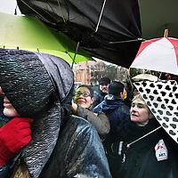 Nederland, Amsterdam , 27 februari 2011..Zo'n 650 kunstenaars uit Overijssel en de rest van het land bezettenzondag het Rijksmuseum in Amsterdam..Ze demonstreren tegen de bezuinigingen van het kabinet op de kunst en cultuur. Door de protestactie kunnen toeristen en andere bezoekerszondag vermoedelijk niet terecht in het Rijksmuseum..Op de foto protesterende kunstenaars trotseren wind en regen om toegang te krijgen tot het Rijksmuseum..ze zijn boos omdat toeristen ondanks de protestactie wel toegelaten worden en de protesterende kunstenaars niet. 650 artists occupy the Rijksmuseum in Amsterdam to protest against cuts by the government..Foto:Jean-Pierre Jans
