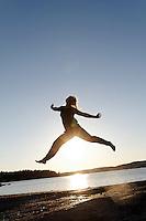Woman jumping in sunset - dame hopper på svaberg i solnedgang på Tjøme