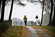 Nederland, Groesbeek, 13-11-2019  Twee lopers, hardlopers trainen op de zevenheuvelenweg . Foto: Flip Franssen