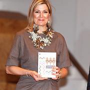 """NLD/Amsterdam/20160330 - Koningin Maxima aanwezig bij het symposium """"Muziekeducatie doen we Samen"""", Koningin Maxima neemt het boek in ontvangst"""