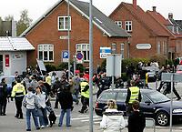 Fotball<br /> Danmark<br /> 22.04.2007<br /> Foto: Polfoto/Digitalsport<br /> NORWAY ONLY<br /> <br /> Politiet forsøgte at få Brøndby fans væk fra stadion efter der var blevet kastet en brosten mod spillerbussen, da de skuffede Brøndbyfans lavede ballade i Vejle efter Brøndbys 3-0-nederlag i søndagens superligakamp mod Vejle Boldklub. Politi fra både Århus, Aalborg og Odense måtte yde assistance til politiet i Vejle oplyser vagthavende ved Østjyllands Politi i Århus. Urolighederne begyndte umiddelbart efter kampen og bredte sig til området uden for Stadion. Også på stationen kom det til ballade, oplyser politiet. Det skriver Ritzau