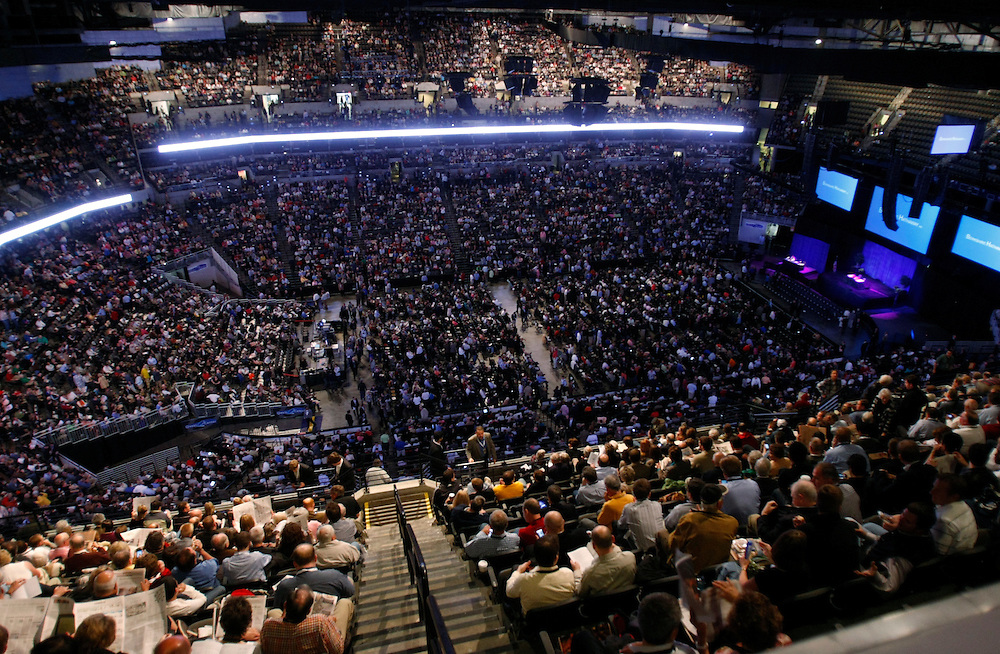 Thousands of Berkshire Hathaway shareholders wait for the company's annual meeting the begin in Omaha, Nebraska April 30, 2011.  REUTERS/Rick Wilking  (UNITED STATES)