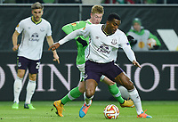 Fotball<br /> Tyskland<br /> 27.11.2014<br /> Foto: Witters/Digitalsport<br /> NORWAY ONLY<br /> <br /> v.l. Kevin de Bruyne (Wolfsburg), Sylvain Distin<br /> Fussball, Europa League, Gruppenphase, VfL Wolfsburg - FC Everton