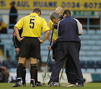 Fotball<br /> England 2004/2005<br /> Foto: SBI/Digitalsport<br /> NORWAY ONLY<br /> <br /> Coventry City v Watford <br /> Coca Cola championship. 18/12/2004<br /> <br /> Watfords Neil Cox looks on as the groundsman is called on to the pitch by the referee.