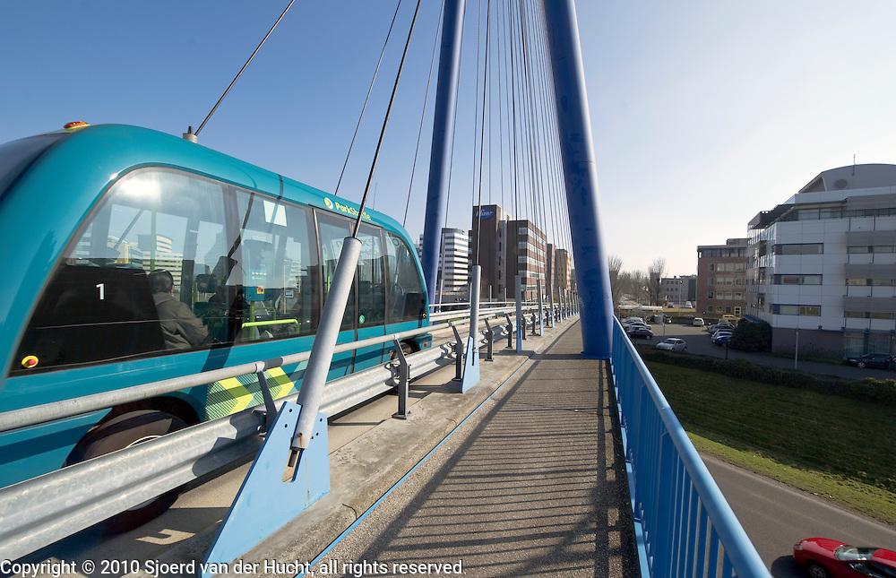 ParkShuttle II bij het Rivium, op de brug boven de N210, een elektronisch geleide autobusdienst die automatisch werkt, zonder chauffeur, Rotterdam, Zuid Holland.Electronic bus driving between subway station Kralingszoom and business parc Rivium, Rotterdam, Netherlands.