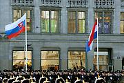 Staatsbezoek van de President van Slowakije , Zijne Excellentie president Ivan Gasparovic en zijn echtgenote Silvia Gasparovicova.<br /> <br /> Statevisit of the President of  Slowakije Ivan Gasparovic and his wife  Silvia Gasparovicova.<br /> <br /> Op de foto/ On the photo: <br /> <br /> Nederlandse en Slowaakje vlag