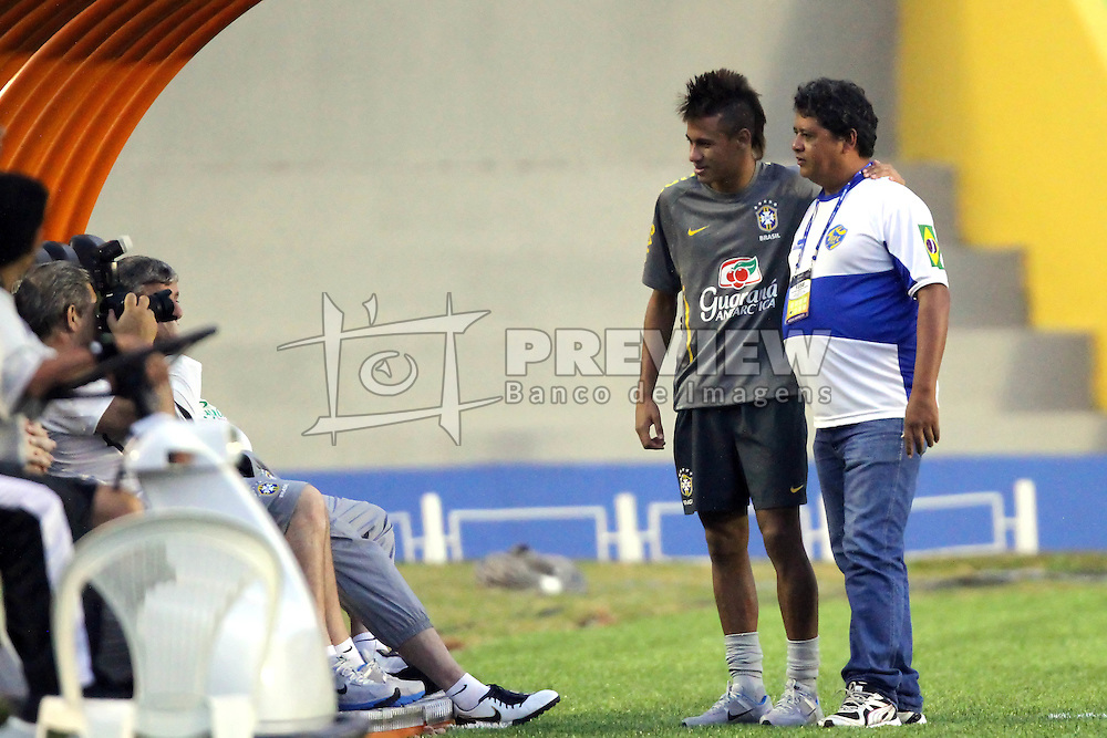 Neymar posa para fotos com membros da delegação durante o treino desta tarde, no estádio Arena da Baixada, em Goiânia, Goiás. FOTO: Jefferson Bernardes/Preview.com