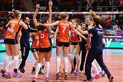 08-01-2016 TUR: European Olympic Qualification Tournament Nederland - Italie, Ankara<br /> De volleybaldames hebben op overtuigende wijze de finale van het olympisch kwalificatietoernooi in Ankara bereikt. Italië werd in de halve finales met 3-0 (25-23, 25-21, 25-19) aan de kant gezet / Coach Giovanni Guidetti, Nicole Koolhaas #22, Yvon Belien #3, Assistent Coach Saskia van Hintum