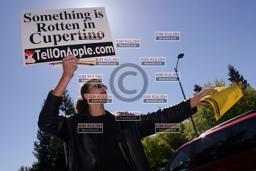 April 22, 2004, CUPERTINO, CA, UNITED STATES-APPLE PROTEST --About a dozen Apple Resellers and supporters protested outside Apple's HQ in Cupertino, CA as shareholders arrived to attend the annual meeting.  Resellers are unhappy with Apples practices towards them.  Several are suing the computer maker.  Photo by Kim Kulish