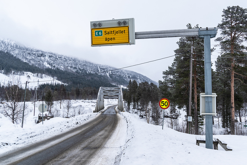 Skilting vinterstid som viser at europavei 6 over Saltfjellet er åpen for trafikk.