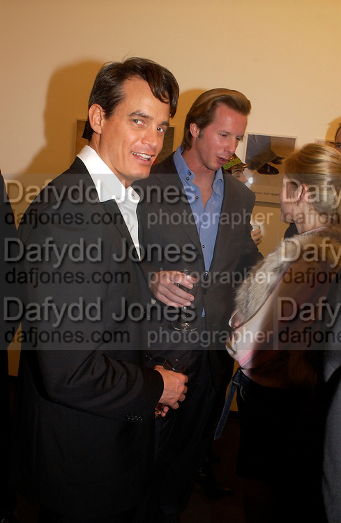 Matthew Mellon and  Chris Getty, Matthew Mellon celebrates Famous Feet, Hamiltons Gallery. 22 November 2004. SUPPLIED FOR ONE-TIME USE ONLY> DO NOT ARCHIVE. © Copyright Photograph by Dafydd Jones 66 Stockwell Park Rd. London SW9 0DA Tel 020 7733 0108 www.dafjones.com