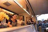 """JULIA KARBOWSI (34) ist seit Januar 2015 mit ihrer Tante Krystyna Kacer in ihrem<br /> Truck """"Pani Smak"""" (""""Frau Geschmack"""") unterwegs. Wo und wann es in Hamburg Pierogi und Co.<br /> gibt,Die beste Werbung für Polen:<br /> Mit Charme und Pierogi<br /> erobern die Damen vom Imbiss<br /> Pani Smak die Herzen<br /> der hungrigen Hamburger."""