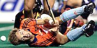 WK Hockey Nederland-Argentinie (2-1). Matthijs Brouwer gaat neer in de Argentijnse cirkel en ziet zijn kans op niets uitlopen.