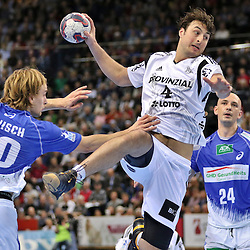 Kiel, 23.12.14, Sport, Handball, Bundesliga, Saison 2014/15, 19. Spieltag, THW Kiel - HSV Handball : Domagoj Duvnjak (THW Kiel, #4) setzt sich durch gegen Richard Hanisch (HSV Handball, #20)<br /> <br /> Foto © P-I-X.org *** Foto ist honorarpflichtig! *** Auf Anfrage in hoeherer Qualitaet/Aufloesung. Belegexemplar erbeten. Veroeffentlichung ausschliesslich fuer journalistisch-publizistische Zwecke. For editorial use only.