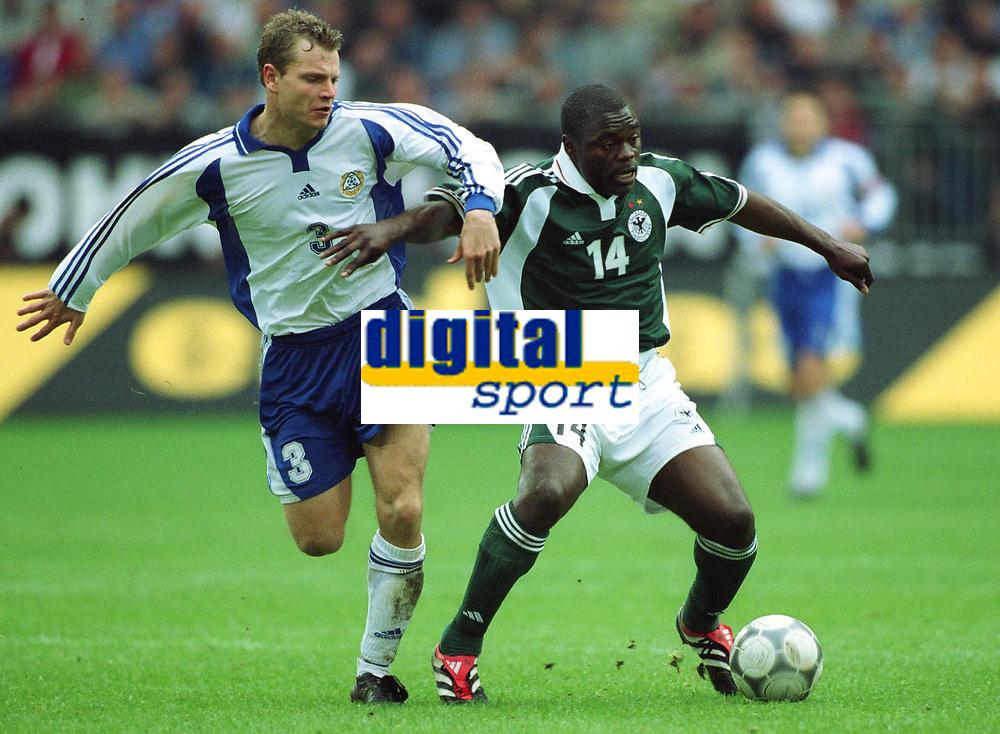 Fotball: VM-kvalifisering. Tyskland-Finland. v.l.  Janne SAARINEN , Gerald ASAMOAH  Deutschland<br />                WM-Qualifikation  Deutschland - Finnland  0:0
