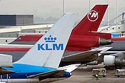 Nederland, Schiphol, 10-9-2003..Vliegtuigen van de KLM en Northwest, North-west op het platform van luchthaven Schiphol...Luchtvaart, samenwerking luchtvaartmaatschappijen, fusie, toerisme, milieu, economie, logo...Foto: Flip Franssen/Hollandse Hoogte