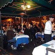 ITA/Bracchiano/20061118 - Huwelijk Tom Cruise en Katie Holmes, een restaurant aan het plein doet goede zaken