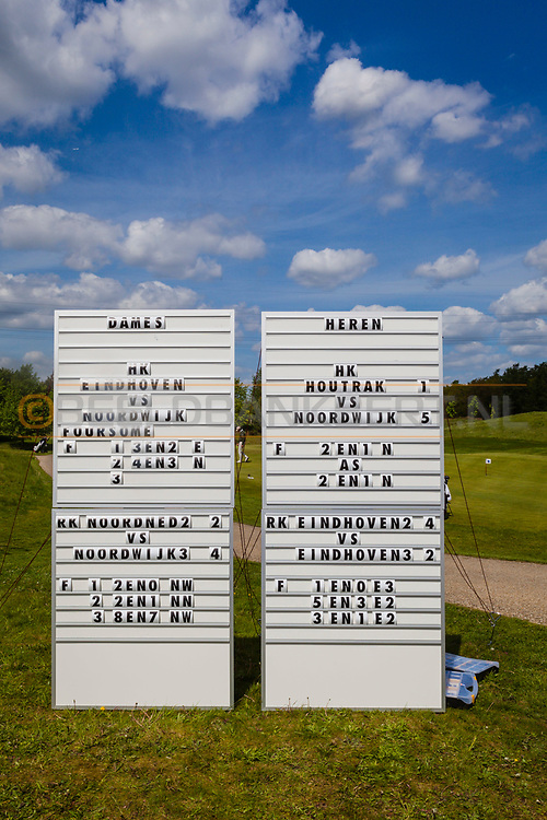 17-05-2015 NGF Competitie 2015, Hoofdklasse Heren - Dames Standaard - Finale, Golfsocieteit De Lage Vuursche, Den Dolder, Nederland. 17 mei. SIGNS Borden met tussenstanden tijdens de singles.