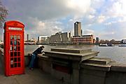 Londyn, 2009-03-05. Budka telefoniczna nabulwarch Tamizy