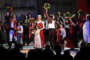 Première van de musical  Zorro  in het DeLaMar Theater Amsterdam.<br /> <br /> Op de foto: <br /> <br />  slotapplaus met o.a. Thom Hoffman, Rene van Kooten, Michelle Splietelhof, Tommie Christiaan, Lone van Roosendaal en David Davidse
