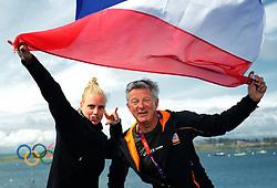 06-08-2012 WATERSPORT: OLYMPISCHE SPELEN 2012 LASER RADIAL MEDALRACE: WEYMOUTH<br /> Marit Bouwmeester wint de zilveren medaille in de Laser Radial en viert dit samen met coach Mark Littlejohn<br /> ©2012-FotoHoogendoorn.nl