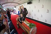 Regisseur Johan Nijenhuis duwt de hoofdrolspeler van de film Bennie Stout, Koen Dobbelaer, vooruit in de zeepkist. In Utrecht is de film Bennie Stout in premiere gegaan tijdens het Nederlands Film Festival.<br /> <br /> Director Johan Nijenhuis is pushing Koen Dobbelaer in a skelter forwards at the premiere of the movie Bennie Stout at the Nederlands Film Festival.