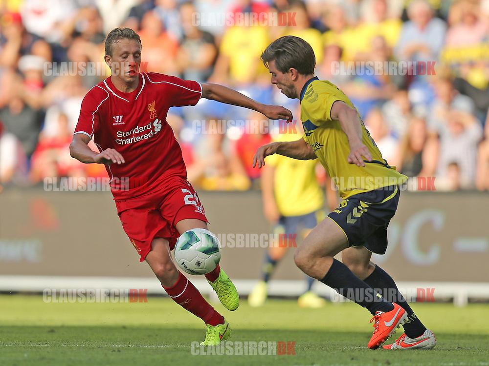 FODBOLD: Lucas Leiva (Liverpool) forsøger at passerer Martin Ørnskov (Brøndby) under træningskampen mellem Brøndby IF og Liverpool FC den 16. juli 2014 på Brøndby Stadion. Foto: Claus Birch