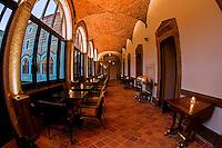 """Idealement situe sur le haut des amphitheatres romains, a deux pas de la Basilique, le Fourviere Hotel reinvente l'ancien couvent de la Visitation.<br /> En 1854 sur la colline de Fourviere qui abritait alors de nombreux monasteres, en retrait des berges de la Saone, le couvent de la Visitation Sainte-Marie est l'une des premieres œuvres lyonnaises de Pierre-Marie Bossan (1814-1888), plus connu pour etre l'architecte de la basilique Notre-Dame de Fourviere.<br /> Comme beaucoup d'autres, le monastere a connu au XXe siecle les vicissitudes liees a la baisse des vocations et aux difficultes economiques de l'ordre, qui sont allees s'accentuant apres la Seconde guerre mondiale. Il est alors vendu à la Ville de Lyon en 1965.<br /> Loue en 1970 aux Hospices Civils de Lyon pour loger des eleves infirmieres, il est transformé en 1974 pour recevoir les archives des Hospices, conservees alors a l'Hotel Dieu.  Ses points forts:<br /> - Une reception insolite situee dans l'ancienne chapelle du Couvent <br /> - Un parcours visuel créé specialement pour les lieux par l'artiste franco-argentin Pablo Reinoso<br /> - L'histoire de Lyon racontee a travers les personnages qui l'ont façonnee, sur les portes des 75 chambres réparties sur 3 niveaux <br /> - """"Les telephones"""", restaurant deploye autour du peristyle du couvent avec vue sur le jardin."""