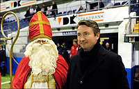 Fotball<br /> Belgia<br /> Foto: PhotoNews/Digitalsport<br /> NORWAY ONLY<br /> <br /> Trond Sollied Head coach KAA Gent with Santa Claus  in action during the Jupiler Pro League match between KAA Gent and KRC Genk on November 27, 2011 in Ghent, Belgium