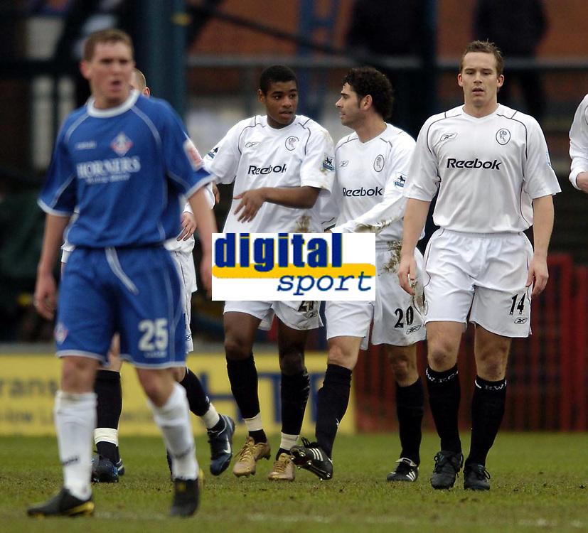 Fotball<br /> FA-cup 2005<br /> Oldham Athletic v Bolton Wanderers<br /> 30. januar 2005<br /> Foto: Digitalsport<br /> NORWAY ONLY<br /> Bolton's Ricardo Vaz Te (L) explains how he scored to Fernando Hierro