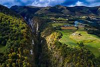 France, Pyrénées-Atlantiques (64), Pays Basque, vallée de la Haute Soule, Gorges de Kakouetta  // France, Pyrénées-Atlantiques (64), Basque Country, Haute Soule valley, Kakouetta Gorges