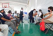 Adultos mayores de 60 años el día 5 de abril de 2021 en Tultepec, estado de México. / Elderly people being vaccinated in Tultepec, State of Mexico.