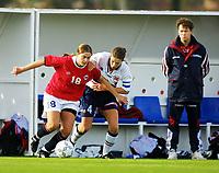 Football, La Manga Spania 9. januar 2001, Internlandskamp Norge senior kvinner mot Norge U21.  Ingrid Camilla Fosse Sæthre (t.v.) Norge, og  Anne Bugge-Paulsen i en duell. Bak landslagstrener Åge Steen.