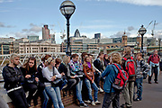 Londyn, 2009-03-05. Grupae młodzieży przed Globe Theatr
