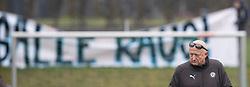Tilskuere demonstrerer mod FC Roskildes ejer Carsten Salomonsson under træningskampen mellem FC Roskilde og FC Helsingør den 15. februar 2020 i Roskilde Idrætspark (Foto: Claus Birch).