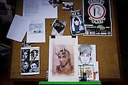 MIlano, Besto Sound Studio, i Gemelli Diversi, una caricatura di DJ AX,  a sinistra dei ritratti manipolati dei Gemelli Diversi.