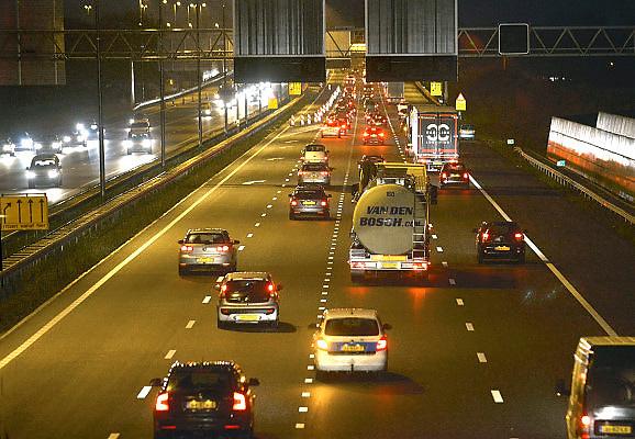 Nederland, A50, 17-12-2012Een drukke avondspits op de A 50, tussen knooppunt Ewijk en Grijsoord, waar al jaren grote vertragingen zijn vanwege het intensieve verkeersaanbod. Een extra waalbrug moet verlichting bieden.Foto: Flip Franssen/Hollandse Hoogte
