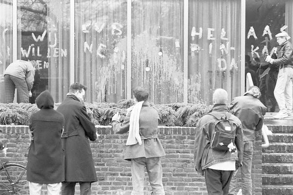 Nederland, Nijmegen, 10-9-1990Demonstratie van studenten tegen de wet op de studiefinanciering en hervormingen in het wetenschappelijk onderwijs door minister Deetman. Die kreeg te maken met grote demonstraties van studenten na de verhoging van de collegegelden en het verkorten van de studieduur. Ook het bestuursgebouw en het erasmusgebouw van de KUN, RU, katholieke universiteit, radboud, werden regelmatig bezet.Foto: Flip Franssen