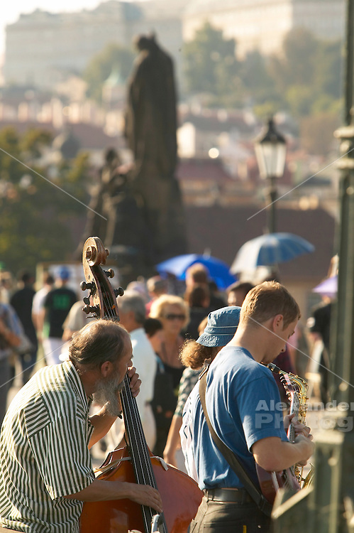 Czeck Republic, Prague, Musicians play on the Charles bridge